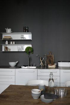 New Kitchen Wall Grey Dark Ideas Grey Kitchen Walls, Kitchen Wall Colors, Kitchen White, Kitchen Dinning, New Kitchen, Kitchen Wood, Kitchen Ideas, Sweet Home, Cuisines Design
