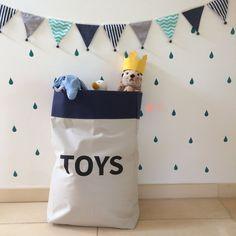 Sacão TOYS de tecido, lindo e prático para armazenar brinquedos + nossa bandeirola de tecido combinação verde-água e marinho + adesivos de parede em forma de gotinhas, na cor verde - Ateliê Baobá