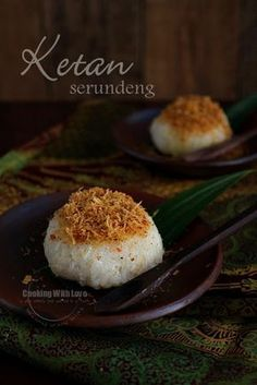 Ketan serundeng - steamed glutinous rice topped with spiced toasted shredded coconut and soy bean powder. So.. good! [Recipe in Indonesian]