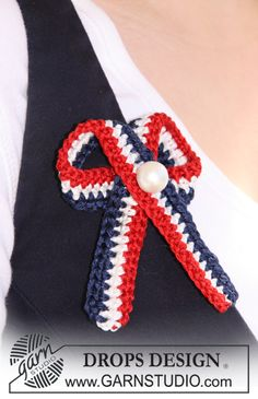 """Crochet DROPS 4th of July bow in """"Cotton Viscose"""" with decorative pearl. ~ DROPS Design"""