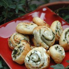 Roulés feuilletés au fromage frais et au basilic, voir la recette des roulés feuilletés au fromage frais et au basilicC'est l'heure de l'apéritif...