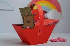 Mini cestinha com tampa e dog, feita com material de scrapbook, personalizado com o tema. 100% artesanal. Valor mínimo para a compra são de 10 unidades. Esse preço é o valor unitário.