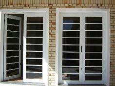 As portas de correr em alumínio proporcionam ao imóvel uma rara beleza, sua instalação é simples e é de fácil manuseio e manutenção.  A grande vantagem em fazer uma porta de correr em alumínio é a disponibilidade de espaço de circulação entre os ambientes que ela proporciona.