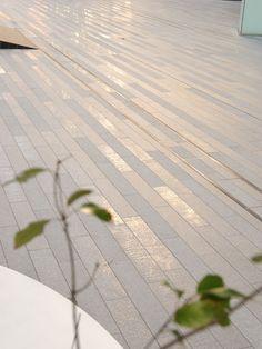 計画地は古くから交通の要衝であり、現在でも様々な動線が交錯する都市の流れの中に浮かぶ様に存在している場である。ここでのランドスケープデザインは、基本的に二つのデザイン手法を組み合わせ構成された。1/fゆらぎの床パターンで表現される流れの上に、多様なエレメントが浮かぶ様に点在する。それは植栽やストリートファニチャーであり、さらに建築自体も浮かぶように存在している。人々はその流れを通過する行為を通して普段の都市生活の中で忘れかけている自分自身を再認識することになる。