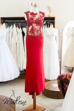 Piękna i smukła - wieczorowa suknia w kolorze czerwieni. Koronka i dzianina. Dostępna w salonie sukien wizytowych Madleine w Poznaniu. Szyjemy również na zamówienie i dowolny rozmiar.