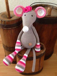 Stip en haak - muis Pien Crochet Animal Amigurumi, Crochet Mouse, Knitted Animals, Crochet Bear, Crochet Basket Pattern, Eco Friendly Toys, Crochet Cushions, Loom Knitting, Handmade Toys