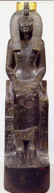 Durante el reinado de Tutmosis III éste encargó una imagen de su madre, una concubina de Tutmosis II, que al convertirse en la madre del faraón cambió su condición y se convirtió en la reina Isis.