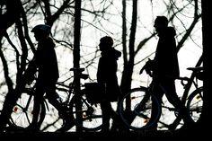 Spaziergänger schieben ihre Fahrräder