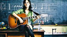 Muita gente quer aprender a tocar violão sozinho e logo já sair tocando, mas é fato que se você quer aprender melhor é importante fazer um curso de violão.
