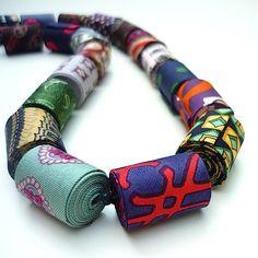 Idée créative avec des coupons de tissus et un peu de dextérité Diy Fabric Jewellery, Paper Jewelry, Textile Jewelry, Jewelry Crafts, Jewelry Art, Jewelry Design, African Necklace, African Jewelry, Fabric Necklace