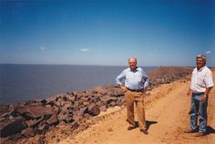 Con Elias Hernandez, en el muro de contención de tierra de la parte derecha, desde donde nace un gran canal para irrigación de las tierras paraguayas. Ampliar datos en google: Indice del blog El Mundo de Pepe Hermano