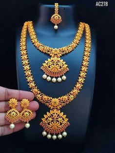 elegant necklaces which are gorgeous. Gold Temple Jewellery, Gold Jewellery Design, Saree Jewellery, Fancy Jewellery, India Jewelry, Bridal Jewellery, Gold Jewelry Simple, Golden Jewelry, Gold Earrings Designs