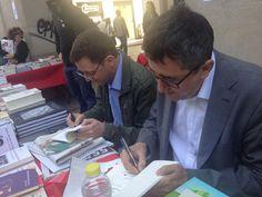 Ismael Grasa e Ignacio Martínez de Pisón firmando ejemplares de sus libros.
