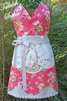 apron-gorgeous!  Another example of wishing I had kept all of Grandma's old dresser runners to repurpose in aprons like this.