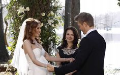 """October 2008 — Hilarie Burton as 'Peyton Sawyer' & Chad Michael Murray as 'Lucas Scott' in """"One Tree Hill"""" 💠 'Peyton' & 'Lucas' & all their closest pals make for 1 beautiful bridal party. Lucas And Peyton, Peyton Sawyer, Ingrid Michaelson, Lucas Scott, Les Freres Scoot, Taylor James, Famous Wedding Dresses, Hilarie Burton, Chad Michael Murray"""