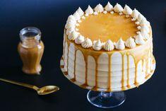 Receta de tarta de plátano y buttercream de toffee. Delicioso bizcocho con puré de plátanos maduros y buttercream de salsa de toffe.