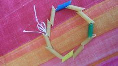 Migliorare la motricità fine con la pasta. 4 attività da fare coi bimbi - Centrifugato di Mamma Fall Crafts For Kids, Kids Crafts, Mamma, Arrow Necklace, Party