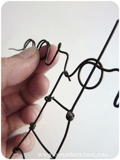 First name in wire, idea and tutorialCoeur d'artichaut © Wire Art, Beading Tutorials, Diy Projects To Try, Creations, Sculpture, Metal, Crafts, Topiary, Couture