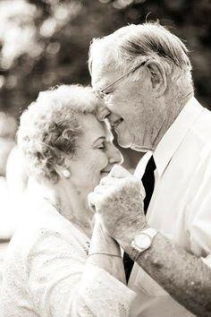 Mujeres desnudas besándose con un viejo
