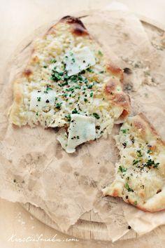 Cienka pizza z serem i oliwą czosnkową