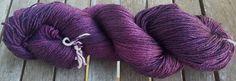Nouveauté! Laine teinte à la main - Les Bleuets de Morticia - Pourpres Foncés- Mérino/Soie 4 ply Fingering 100gr : Mercerie par purplerainbowyarns
