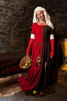 Germany late 14th - early 15th century. Dress miparti, cloth, flax fully duplicated. Tippet - silk. The bottom dress - silk. Hand sewing. Kruzeler - excelsior in four layers. Author photo - Elena Ermakova.