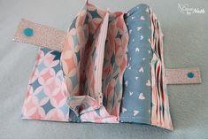 Blog d'une débutante en couture qui a appris à coudre sur le tard & toute seule ! Astuces, Tutoriels, Créations couture pour bébés / Accessoires. Creation Couture, Appris, Bag Organization, Crochet, Diaper Bag, Coin Purse, Patches, Creations, Scrap