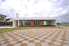 NKZT-house: 門一級建築士事務所が手掛けた家です。 Garage Doors, Patio, Outdoor Decor, Modern Houses, Home Decor, Minimalist Home, Parts Of The Mass, Interior Design, Trendy Tree