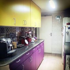 cozinha fofa com contact colorido! This kitchen is amazing - I love all of the vibrant color, and most of it was done with contact paper. Sweet.