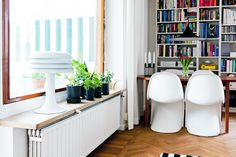 LOVE the shelf (table?) over the radiator. A space that often goes unused now serves a bigger purpose! Radiator Shelf, Home Fashion, House Rooms, Home Living Room, Interior Inspiration, Bookcase, Sweet Home, Shelves, Household Tips