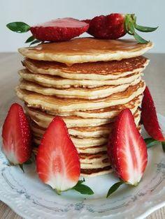 Pancakes sau clătite americane este o rețetă foarte simplă ce poate fi servită in diferite combinații. Sunt moi, pufoase şi foarte gustoase, ideal pentru micul dejun sau o gustare. Ingrediente : 2 … Pancakes, Breakfast, Blog, Morning Coffee, Pancake, Blogging, Crepes