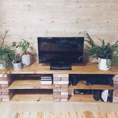 We make with brick and wood (DIY idea feature of style .- We make with brick and wood (DIY idea feature of the stylish TV stand) - Diy Furniture Projects, Pallet Furniture, Home Projects, Homemade Tv Stand, Brick Shelves, Diy Tv Stand, Diy Home Improvement, Living Room Decor, Living Rooms