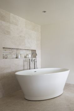 Designer bathroom featuring our Chalice Minor bathtub - By Ripples