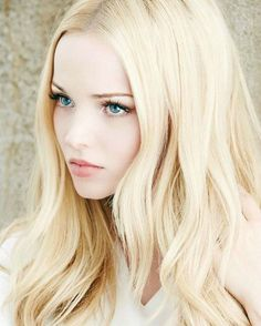 Dove Cameron, so pretty. Maybe I'll do this shade for summer. No lowlights . Actrices Sexy, Pale Skin, Woman Face, Beautiful Eyes, Pretty Face, Pretty People, Blonde Hair, Hair Beauty, Blonde Beauty