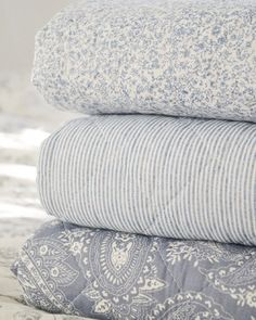 I love the simple design & colours of these quilts! Home Bedroom, Bedroom Decor, Beddinge, Linens And Lace, Cool Beds, Beautiful Bedrooms, Halle, Soft Furnishings, Home Deco