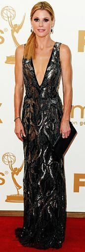 Who made Julie Bowen's silver gown and jewelry that she wore to the Emmy Awards in Los Angeles on September 18, 2011? Dress – Oscar de la Renta  Jewelry – Neil Lane
