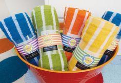 Numa festa na piscina é delicado colocar toalhas à disposição de convidados
