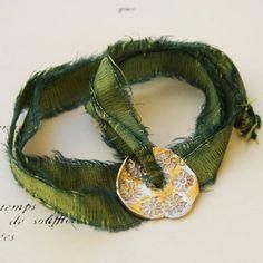 Bijou lien à nouer, médaille fleur en argent, pièce unique pour l'atelier des bijoux créateurs.
