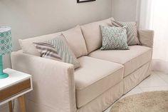 Uma sala de estar pequena sempre precisa manejar bem o espaço. Não há lugar para poltronas extras, puffs e é importante cuidar para que o ambiente não acabe muito abarrotado.