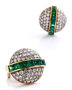 Emerald and diamond ear clips Diameter: ca. 2 cm. Weight: ca. 15.6 g. 18 ct yellow gold. Premium earrings with intensely green carré-cut emeralds, altogether ca. 4.2 ct, and brilliant-cut diamonds, altogether ca. 3.4 ct. Clip-post closures. Emeralds with minimal signs of wear.
