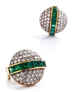 Durchmesser: ca. 2 cm. Gewicht: ca. 15,6 g. GG 750. Hochfeine Ohrringe mit intensiv grünen Smaragden im Carréschliff, zus. ca. 4,2 ct, und Brillanten, zus....