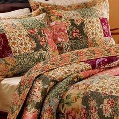 Append a charming floral accent to your bedroom decor with this Greenland Home Fashions Antique Chic Three Piece Multi King Quilt Set. Quilts Vintage, Rustic Quilts, Vintage Linen, Vintage Decor, Queen Size Quilt Sets, King Quilt Sets, Twinkle Twinkle Little Star, Duvet Bedding Sets, Comforters