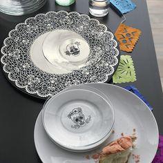 Fabulous Halloween decoration idea plate skull table