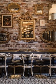 Usually the living room interior of the exposed brick wall is rustic, elegant, and casual. Exposed brick wall will affect the overall look of your house more appreciably. Deco Pizzeria, Deco Restaurant, Restaurant Interior Design, Italian Restaurant Decor, Bistro Interior, Modern Restaurant, Restaurant Ideas, Resturant Interior, Restaurant Vintage