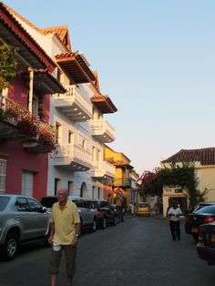 Modernos autos en las viejas callejuelas de la ciudad amurallada, en Cartagena. Por Iván Lara.