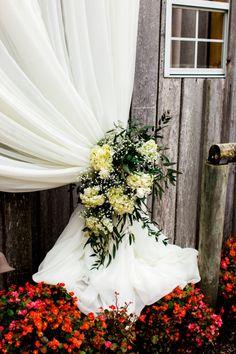 Neutral floral tie backs // Finch Photo + florals by Samuel Franklin #weddingflorals #southernwedding #castletonfarms