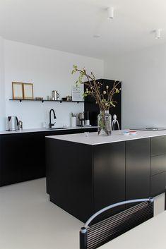 Modern Kitchen Design, Interior Design Kitchen, Black Kitchens, Cool Kitchens, Home Decor Kitchen, Kitchen Dining, Warehouse Home, Scandinavian Living, Minimalist Interior