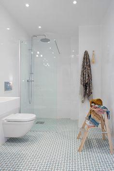 Good barrier-free transition to shower. House Rooms, Bathroom Toilets, New Bathroom Ideas, Shower Room, Bathroom Interior, Sweden House, Bath Tiles, Cottage Bathroom, Bathroom Design