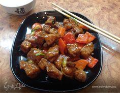 Свинина в кисло-сладком соусе. Ингредиенты: соевый соус, свинина, морковь