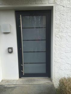 Aluminium-Haustüre von Kompotherm. Eingebaut in Nürtingen. Satiniertes Glas mit Hellglasstreifen.